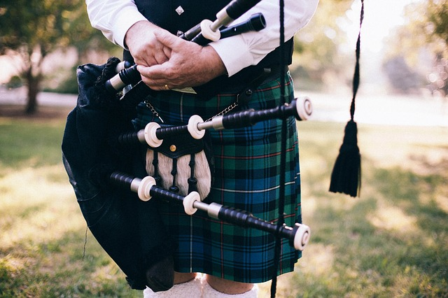 Man in kilt holding bagpipes